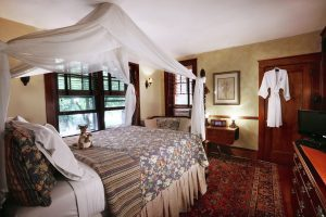 Four Poster bed at Australian Walkabout Inn